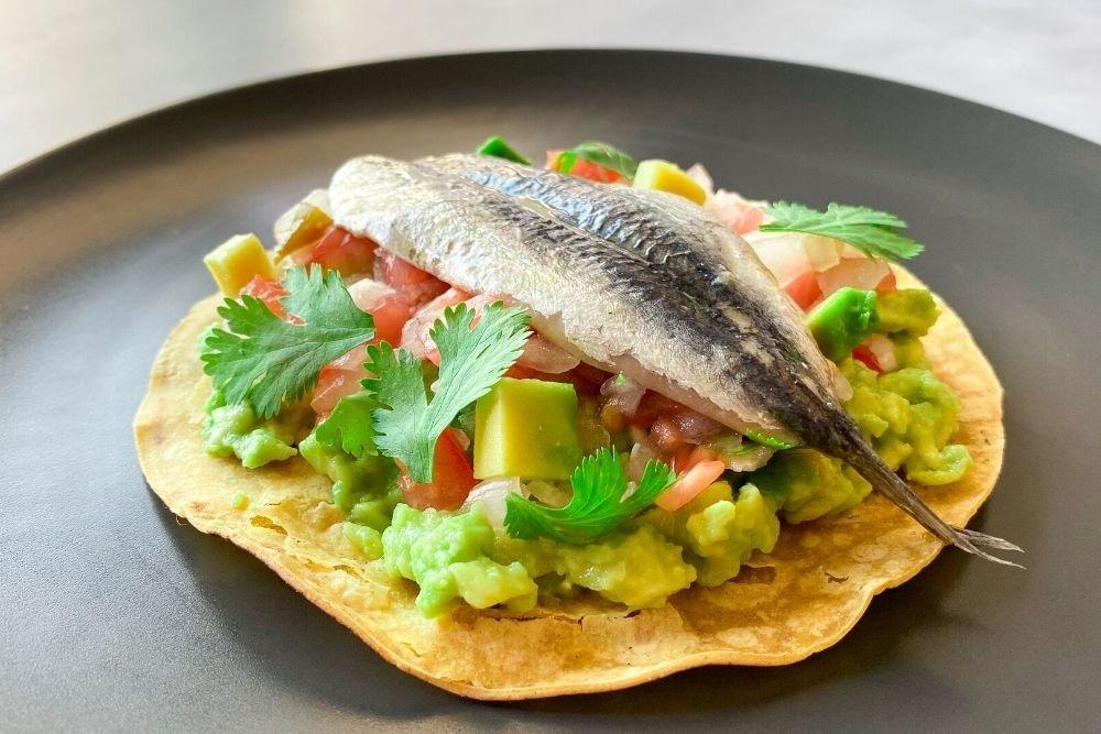 Tacos mexicanos con boquerones marinados y pico de gallo