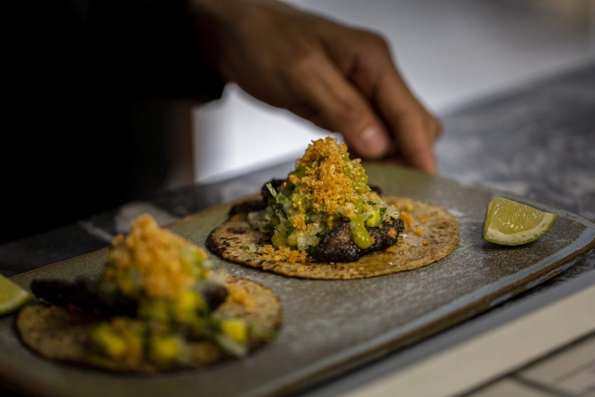 Tacos preparados por Roberto Ruiz
