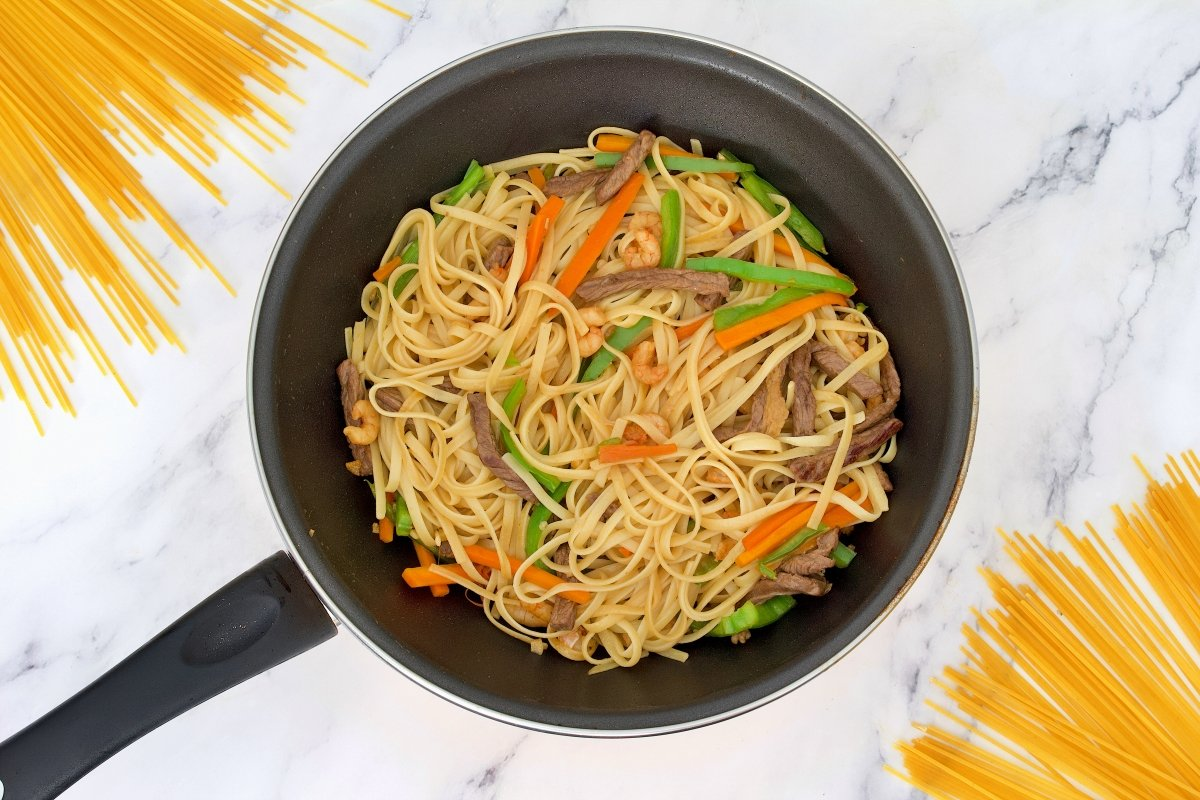 Tallarines de los tallarines chinos con verduras, carne y gambas añadidos en el wow