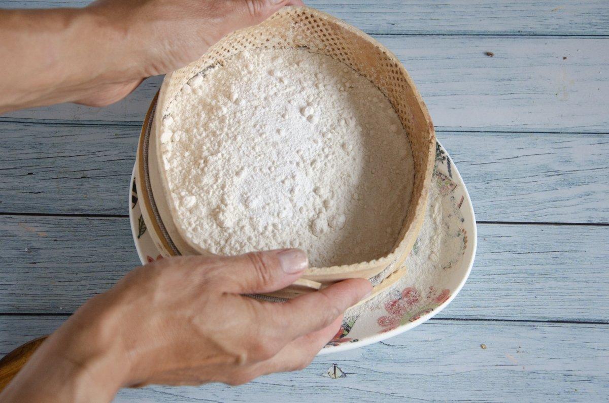Tamizando harina con levadura