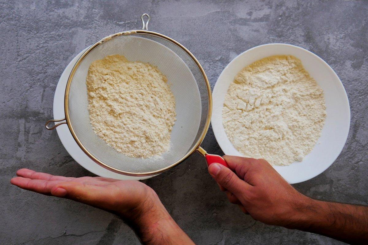Tamizar la harina con un colador