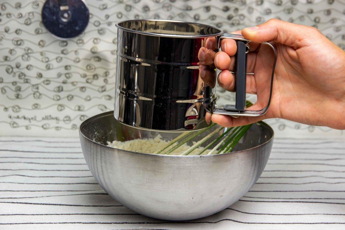 Tamizar la harina para incorporarla a la masa de las galletas de nata