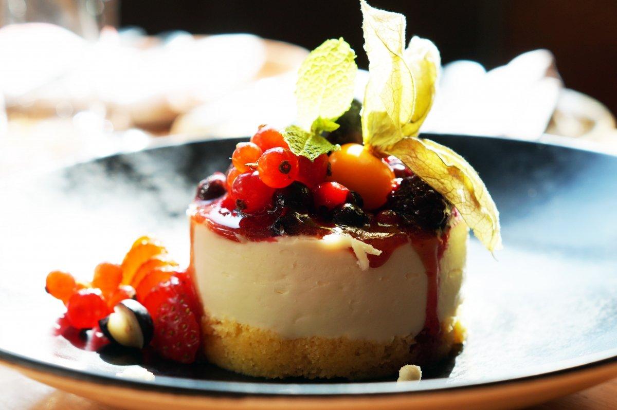 Tarta mascarpone con sopa de frutos rojos del restaurante Colombo