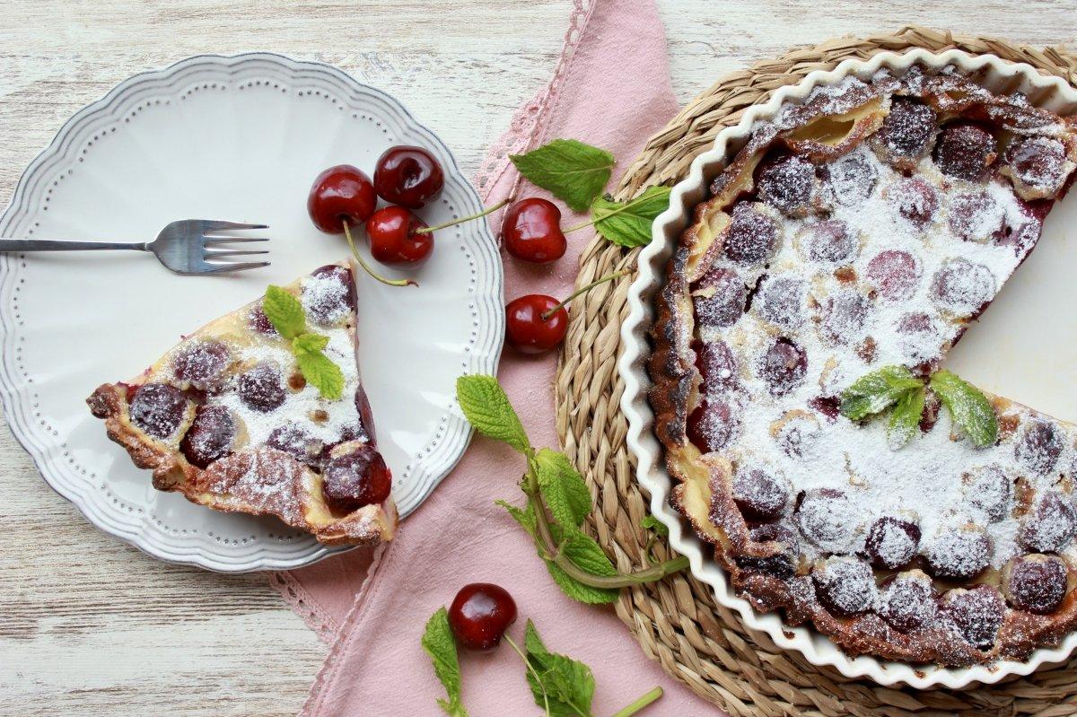 Tarta o clafoutis de cerezas casera porcionada y lista para comer