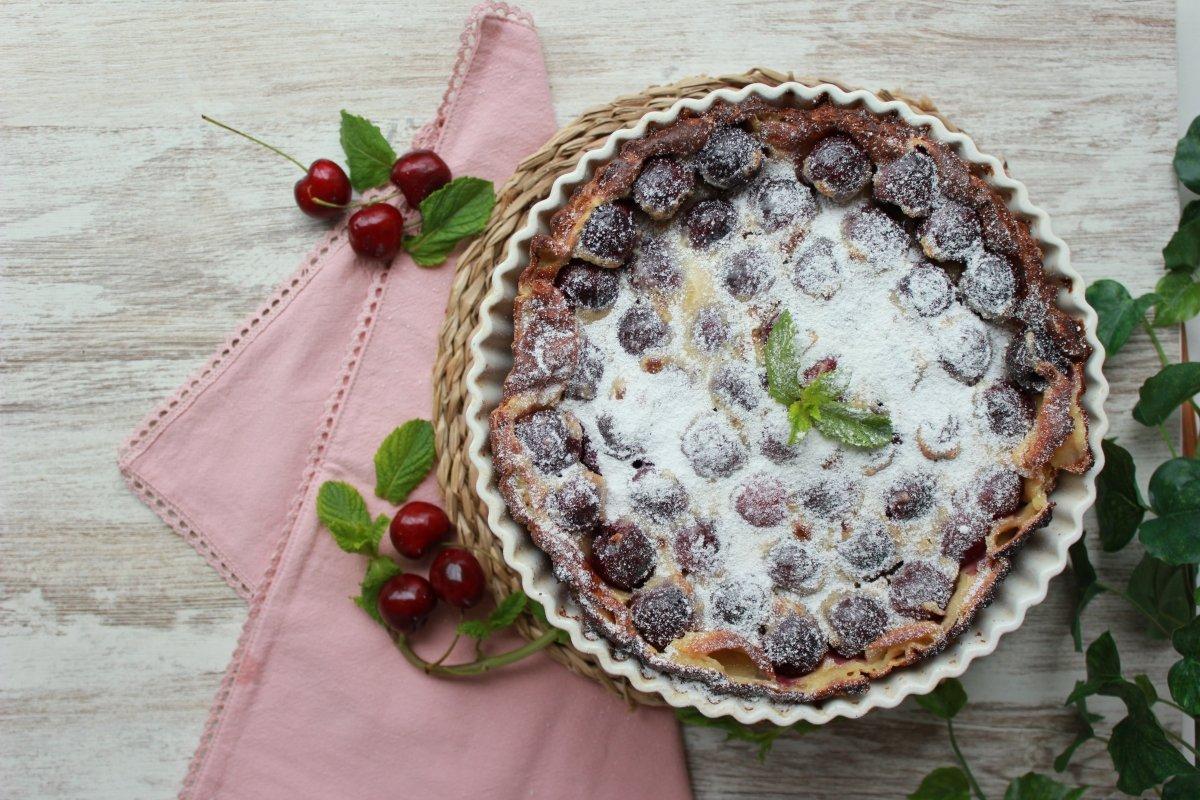 Tarta o clafoutis de cerezas con azúcar glass recién espolvoreado