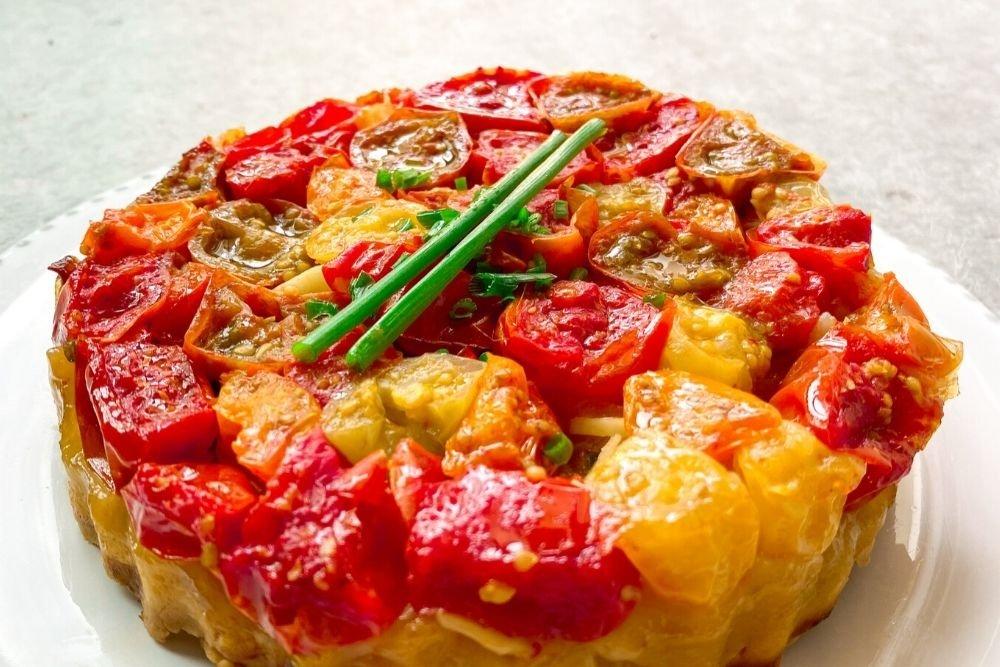 Tarta tatín de tomates cherry de diferentes variedades