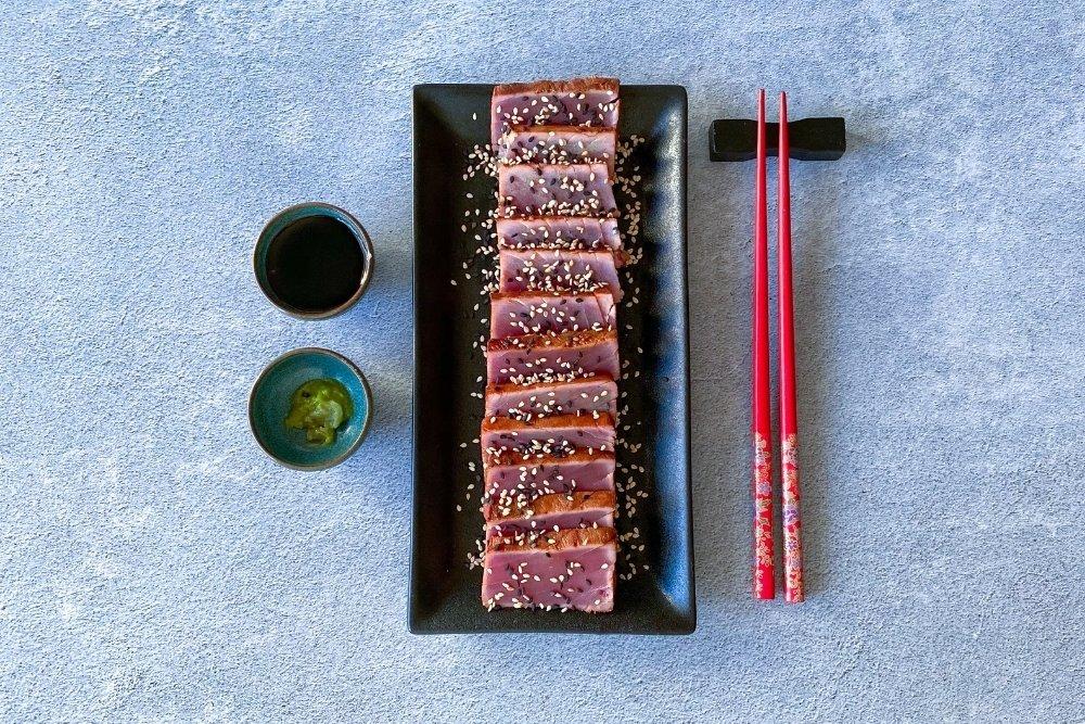 Tataki de atún acompañado de soja y wasabi