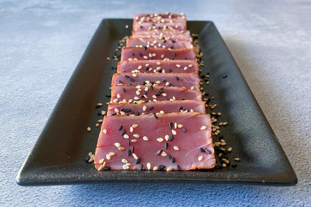 Tataki de atún fileteado