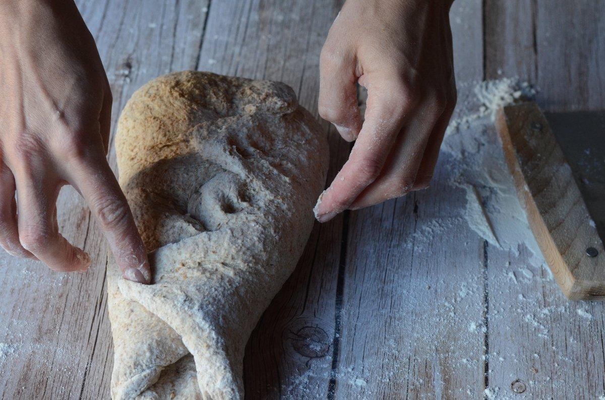 Tensionando la hogaza de pan integral casero