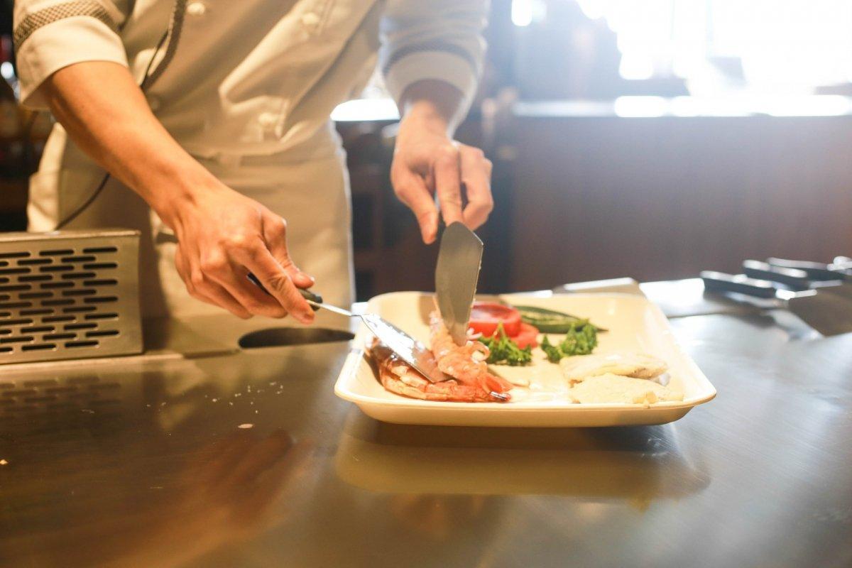 Terminando un plato en la cocina de un restaurante