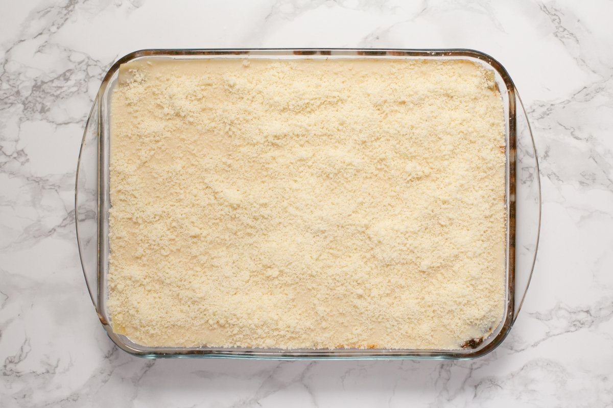 Terminar con la bechamel y el parmesano