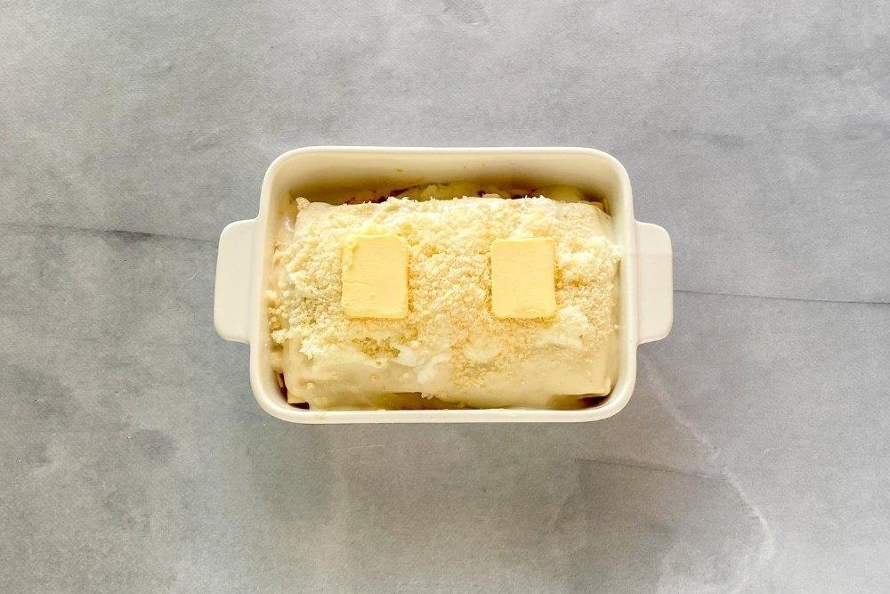 Terminar con una placa de pasta cubierta de queso parmesano y mantequilla