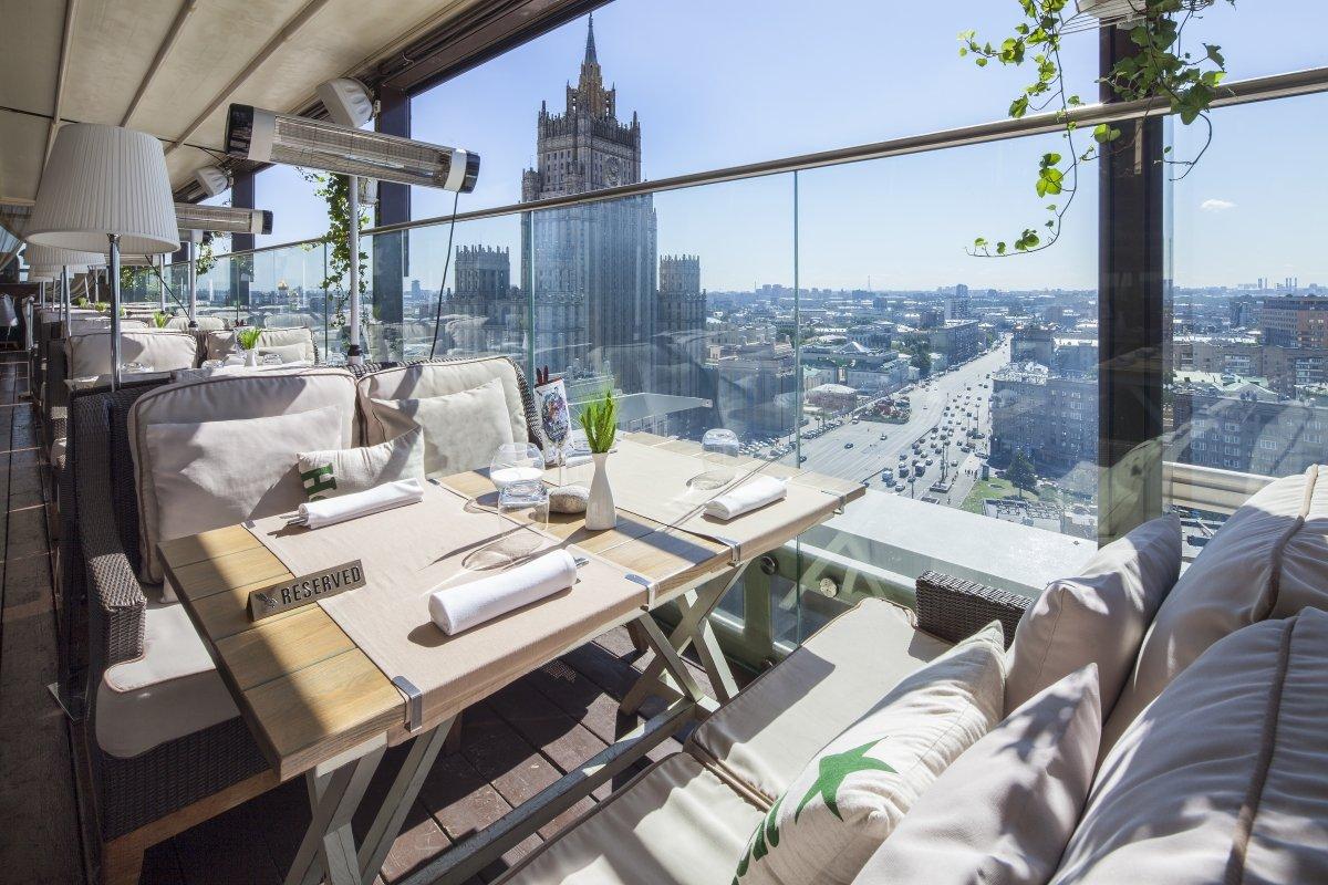 Terraza del restaurante White Rabbit con vistas a la sede del Ministerio de Asuntos Exteriores ruso