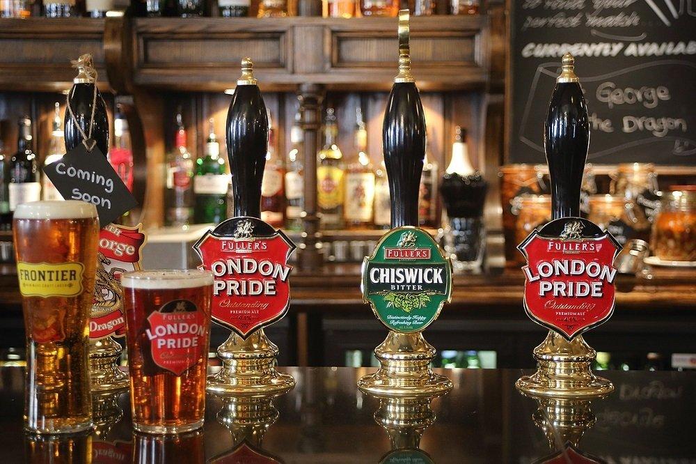 Tiradores y pinta de London Pride en un pub británico