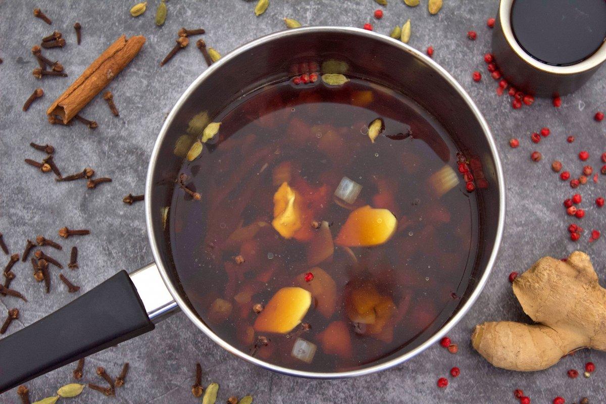 Todo los ingredientes de la salsa worcertershire en una olla
