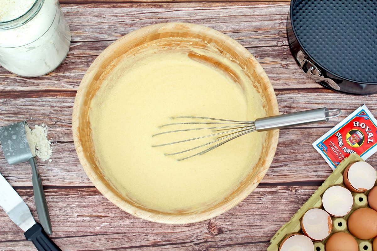 Todos los ingredientes del bizcocho de dulce de leche mezclados en un mismo bol