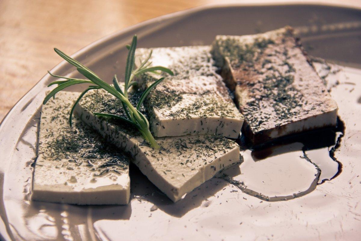 Tofu fresco con hierbas