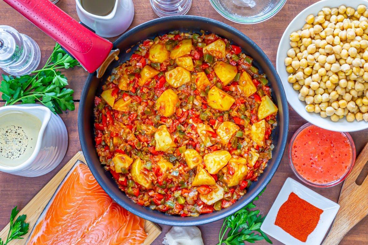 Tomate y patatas para los garbanzos con salmón