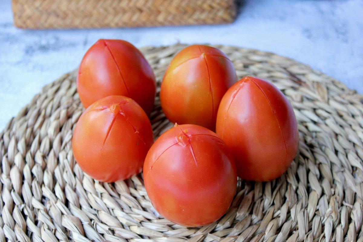 Tomates pera a las que le hemos realizado un corte superficial para escaldar