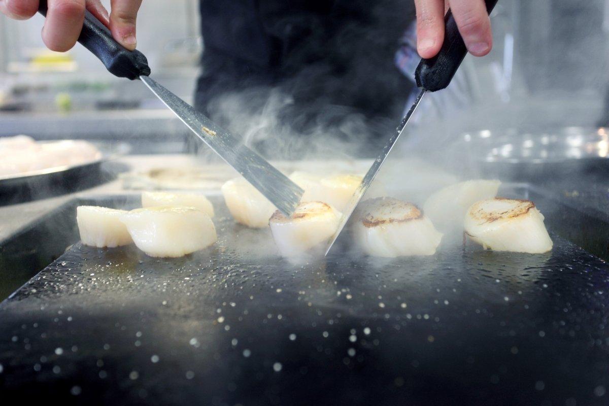 Toño Pérez preparando un plato
