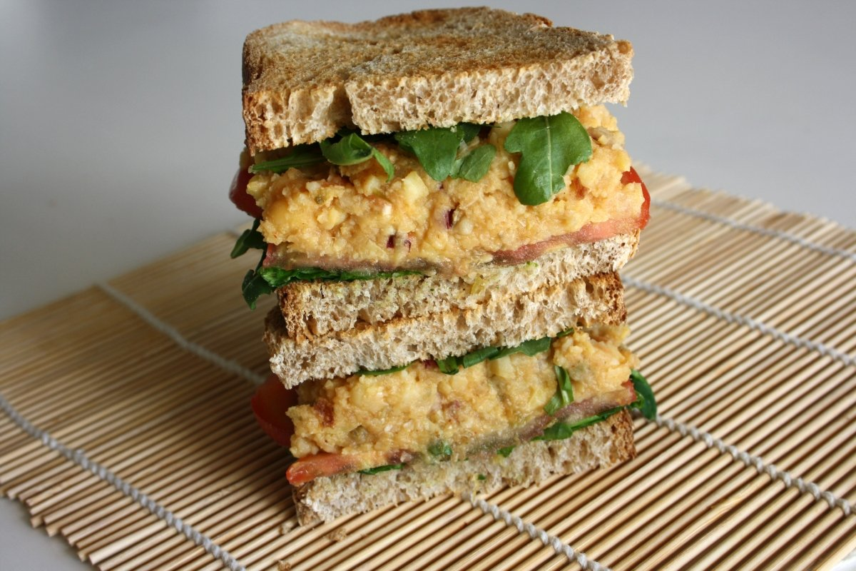 Torre del sándwich vegetal con garbanzos
