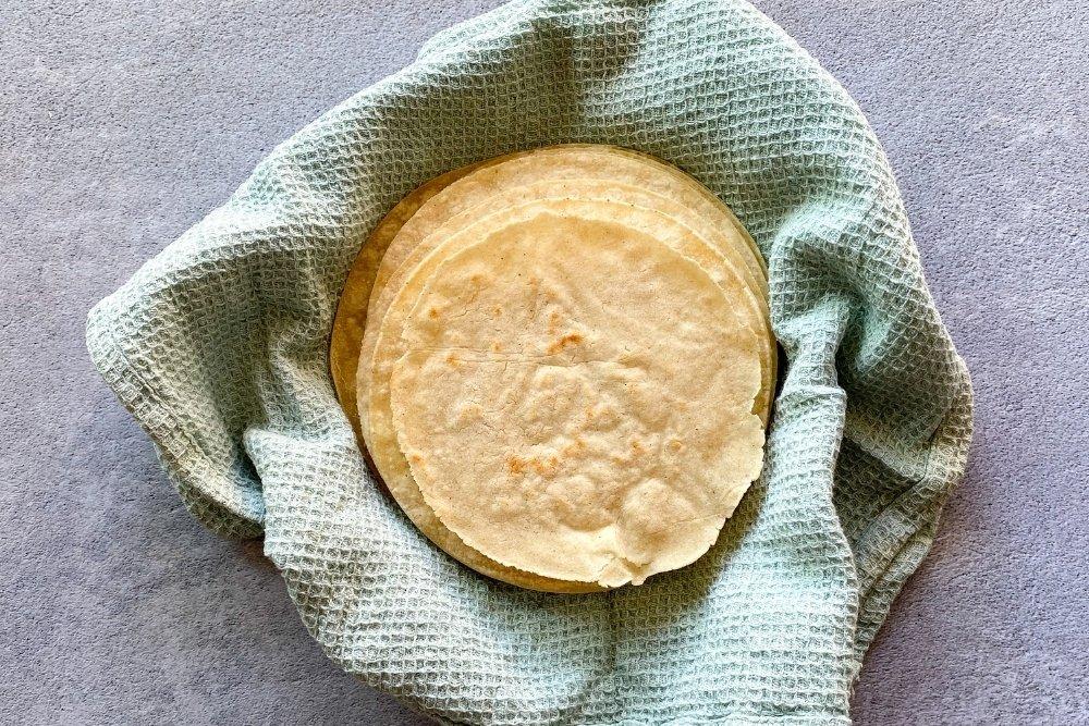 Tortillas mexicanas de maíz / Tortillas de maíz envueltas en un paño para ser consumidas inmediatame