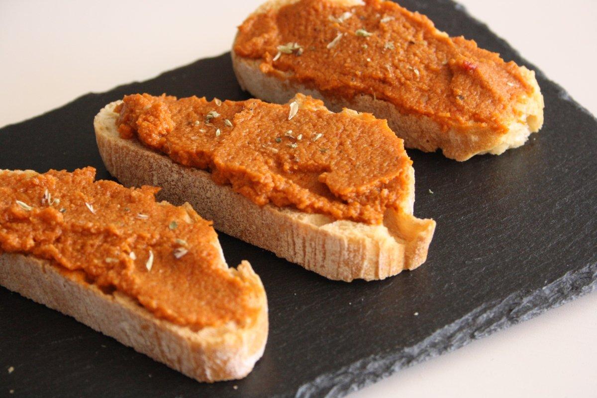 Tostadas con paté de aceitunas y tomates secos