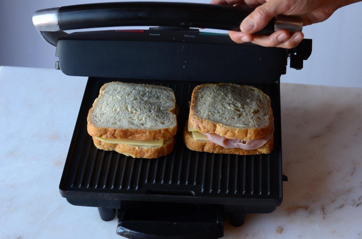 Tostando los sandwiches mixtos