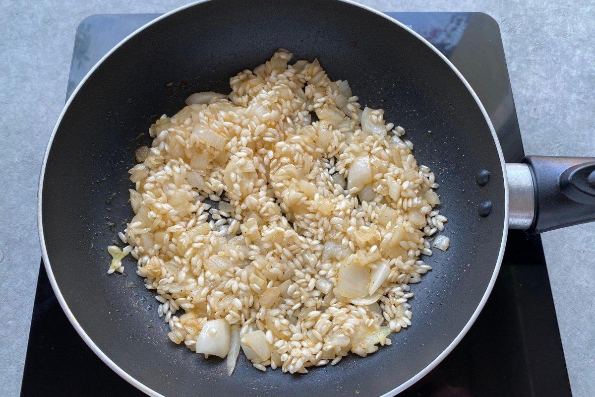 Tostar el arroz del risotto