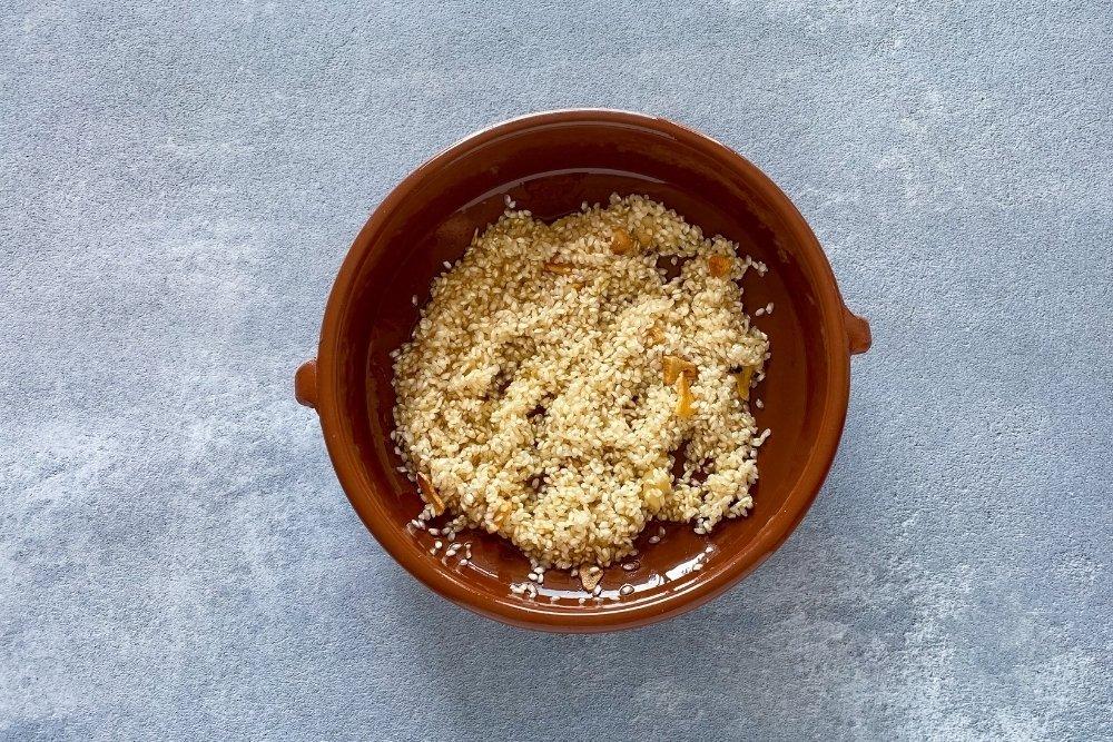 Tostar el arroz para elaborar arroz caldero