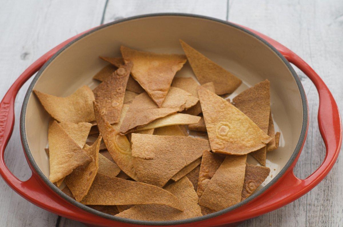 Totopos tostados en el horno
