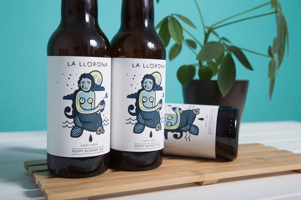 Tres botellas de Voira La Llorona sobre fondo azul