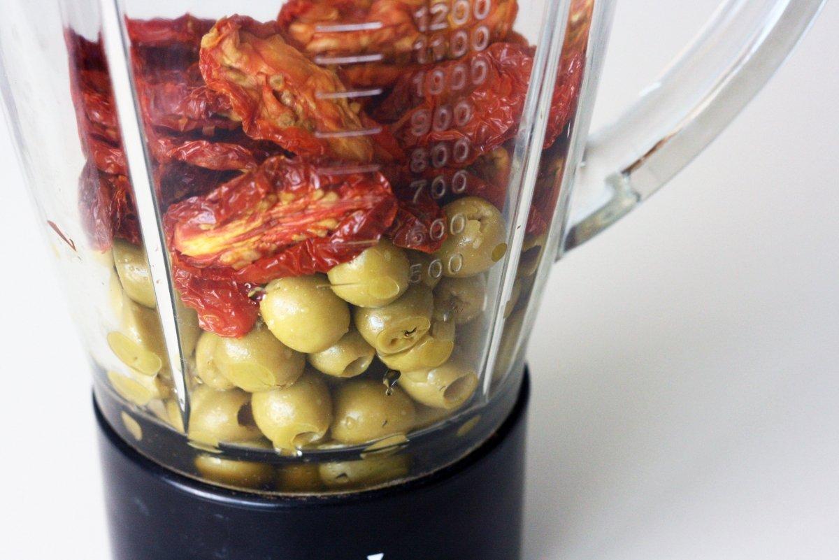Triturar aceitunas y tomates secos