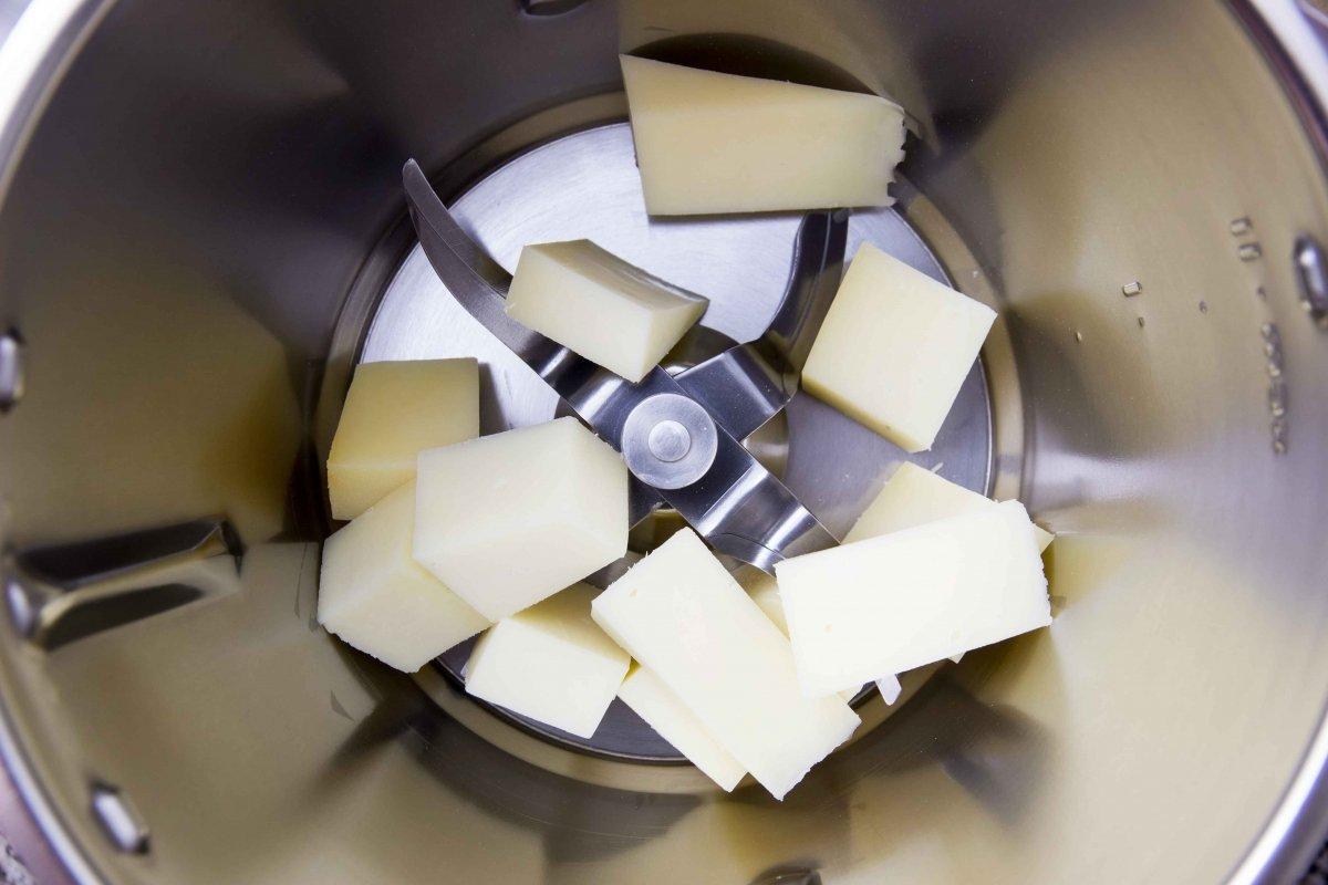 Triturar el queso para hacer las croquetas de Idiazabal