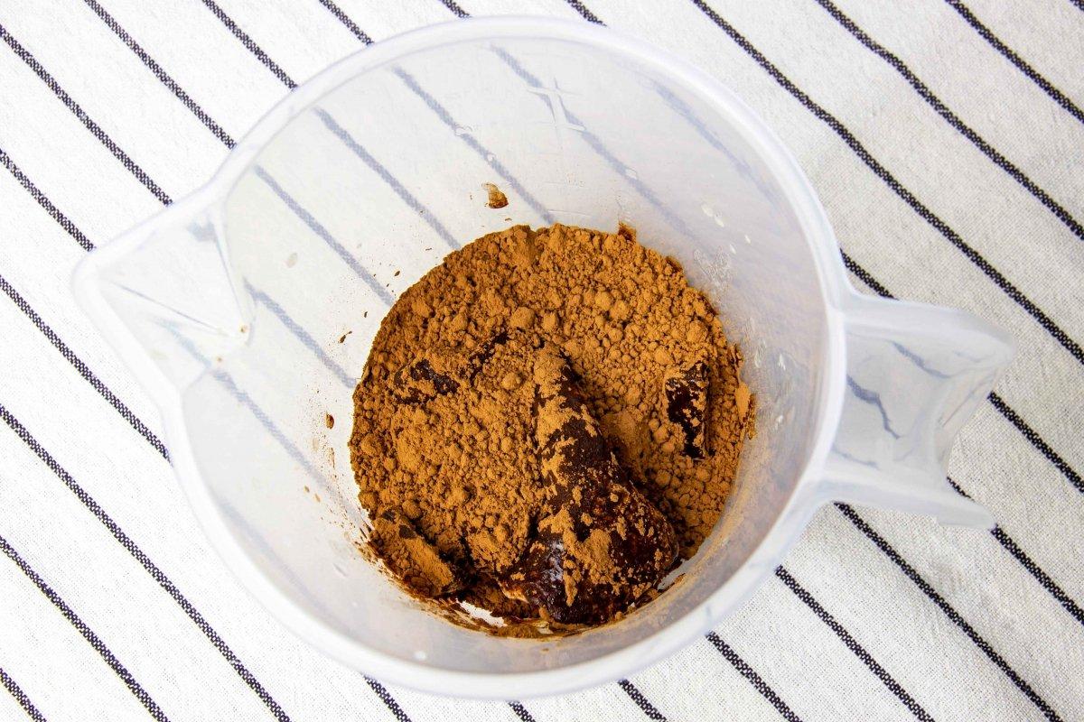 Triturar ingredientes en un vaso para hacer el glaseado