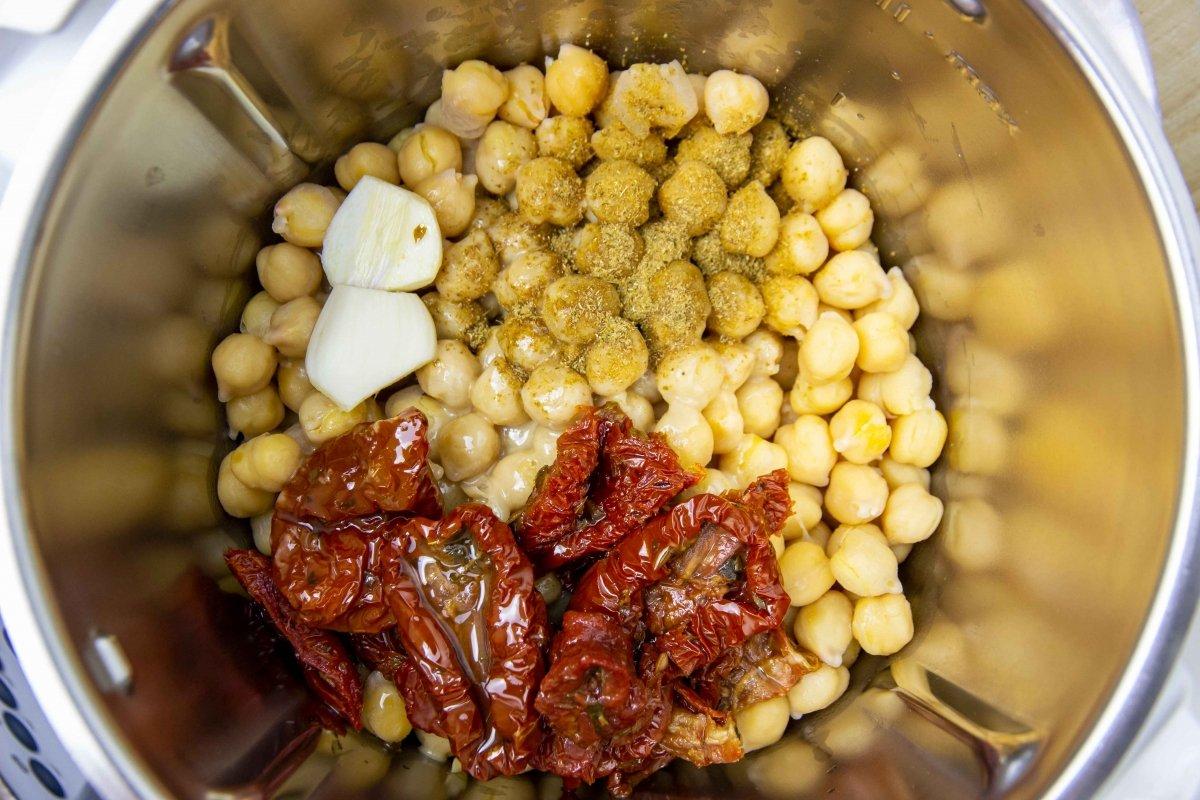 Triturar ingredientes para hacer el hummus de tomate seco