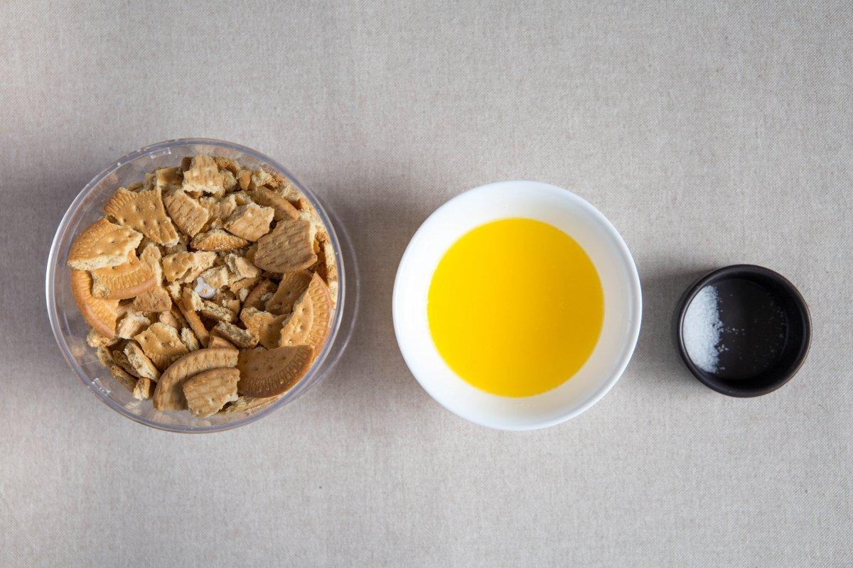 Triturar las galletas con mantequilla y sal