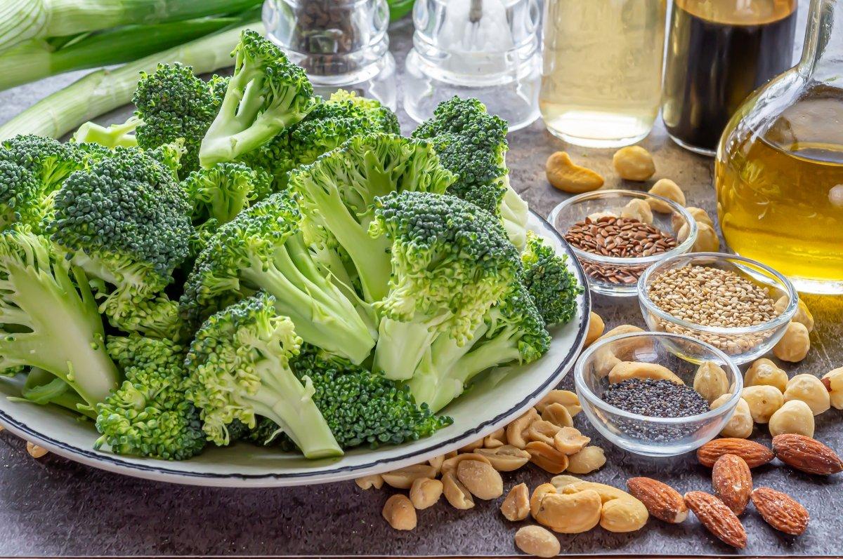 Trocear el brócoli para hacerlo al vapor