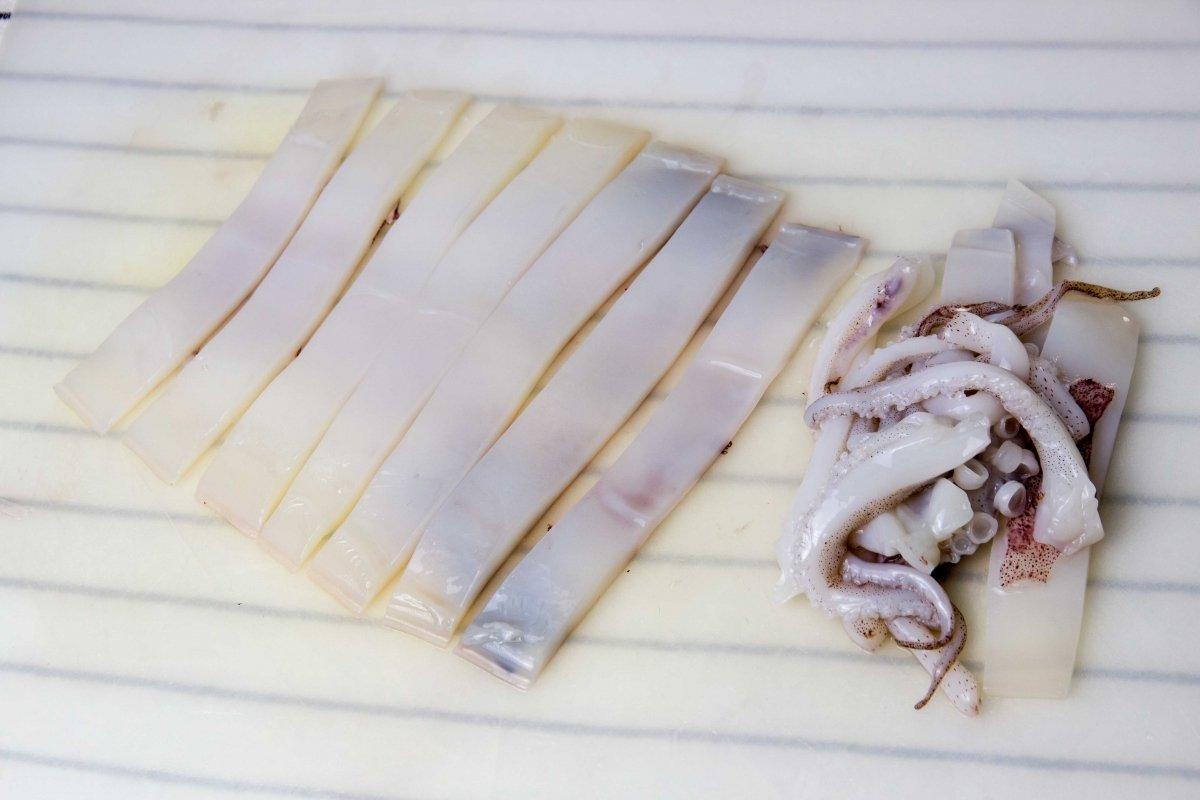 Trocear el calamar para hacer las rabas