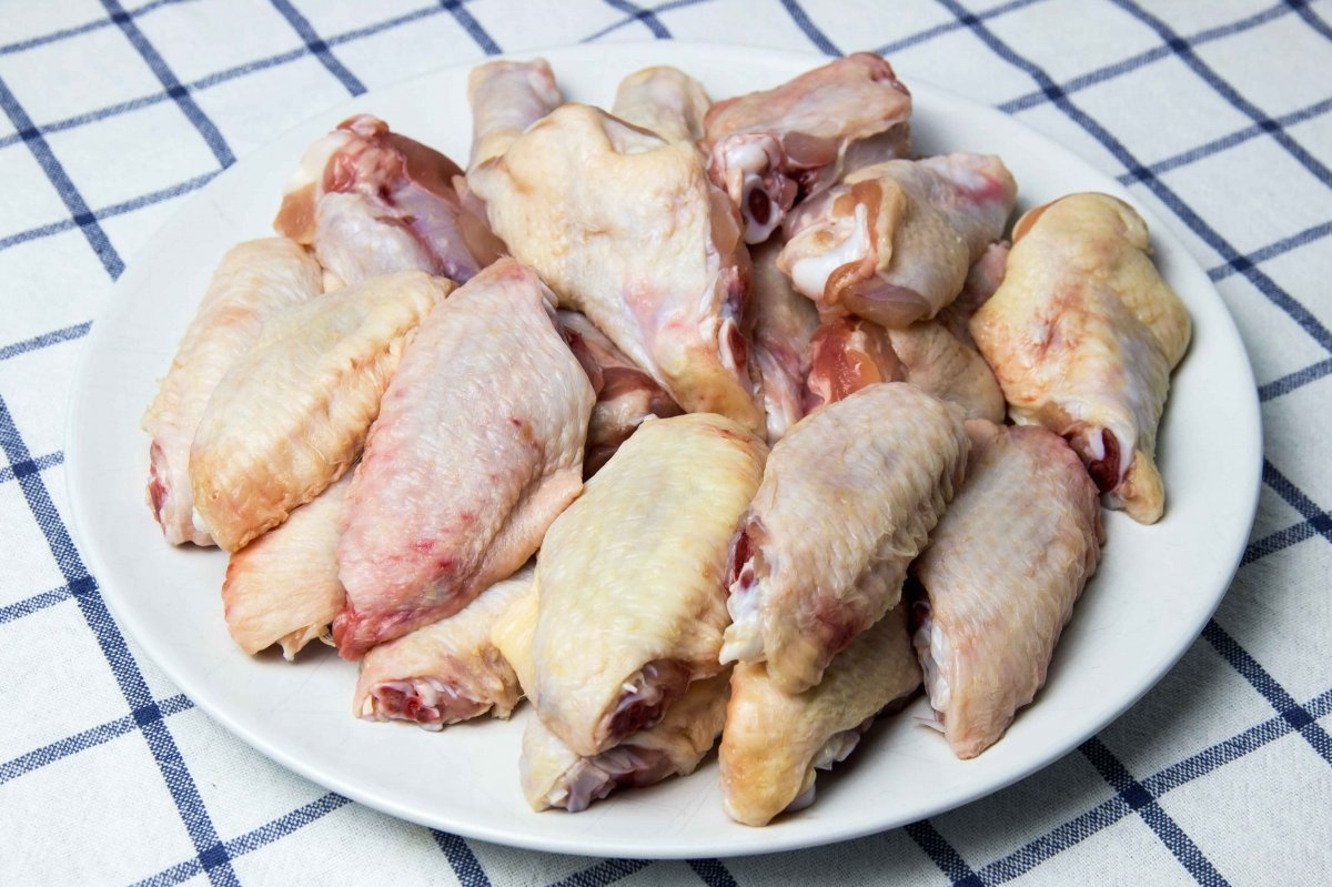 Trocear el pollo para hacer el pollo frito estilo cajún