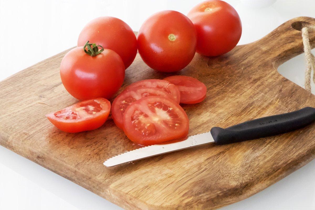 Trocear el tomate de la ensalada