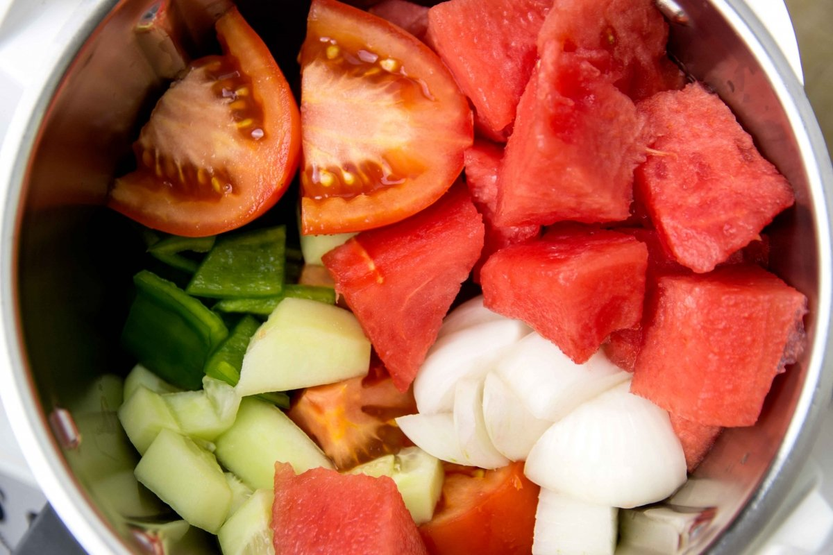 Trocear ingredientes y batir para hacer el gazpacho de sandía