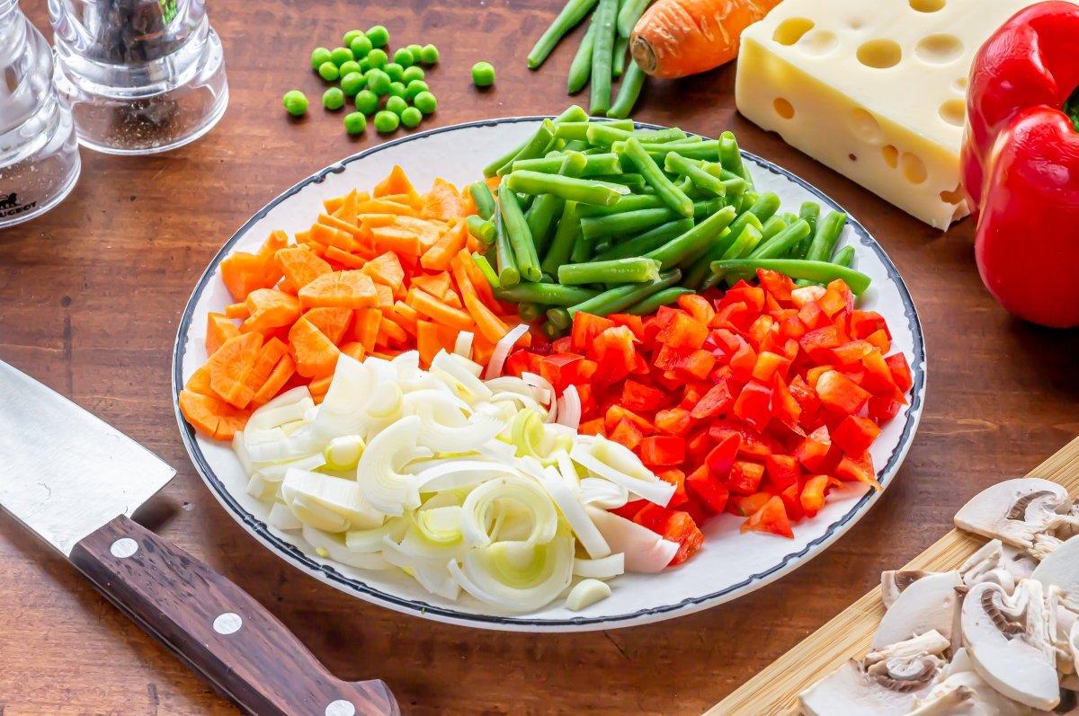Trocear las verduras de la quiche de verduras y queso