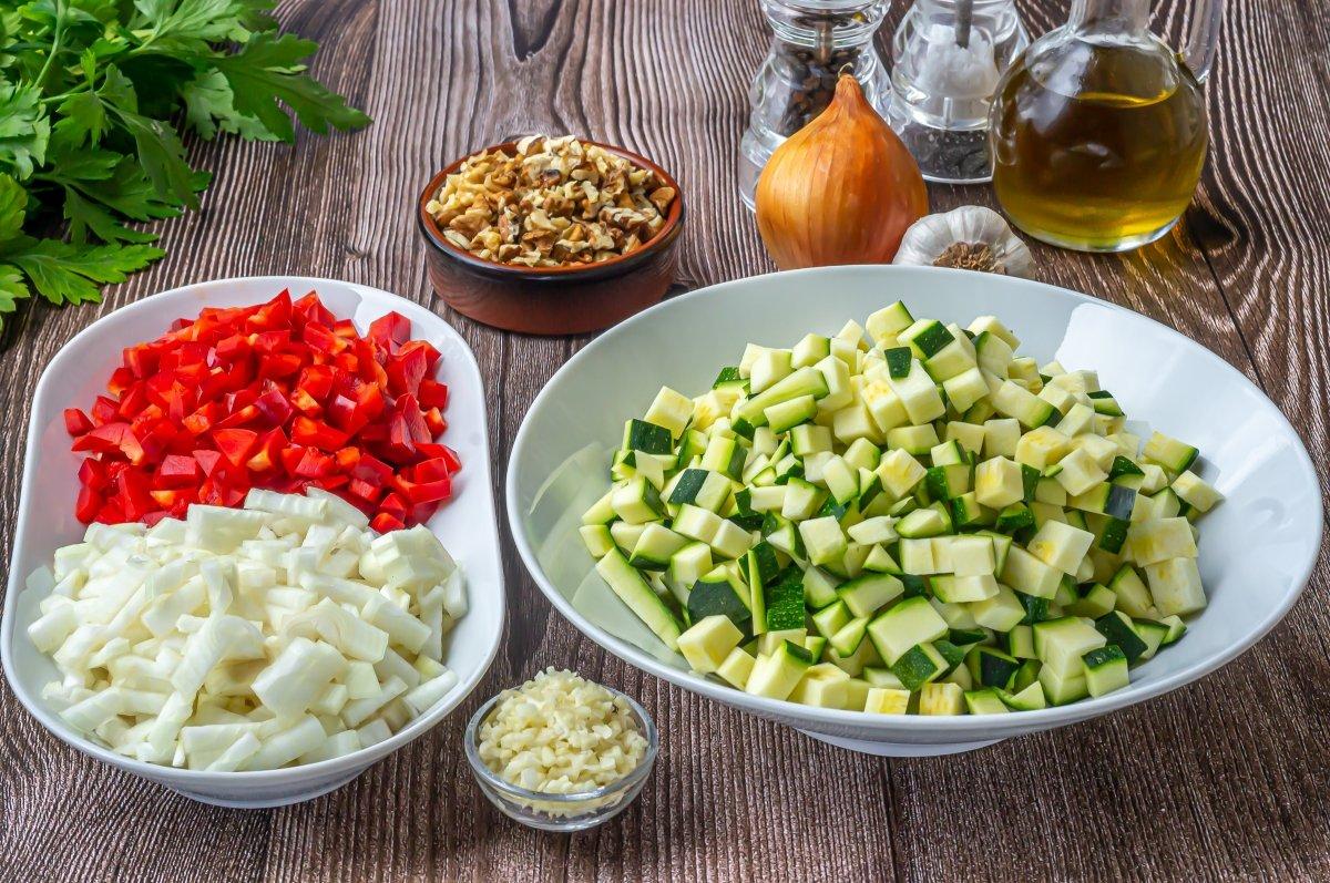 Trocear las verduras para hacerlas con la quinoa y el pollo
