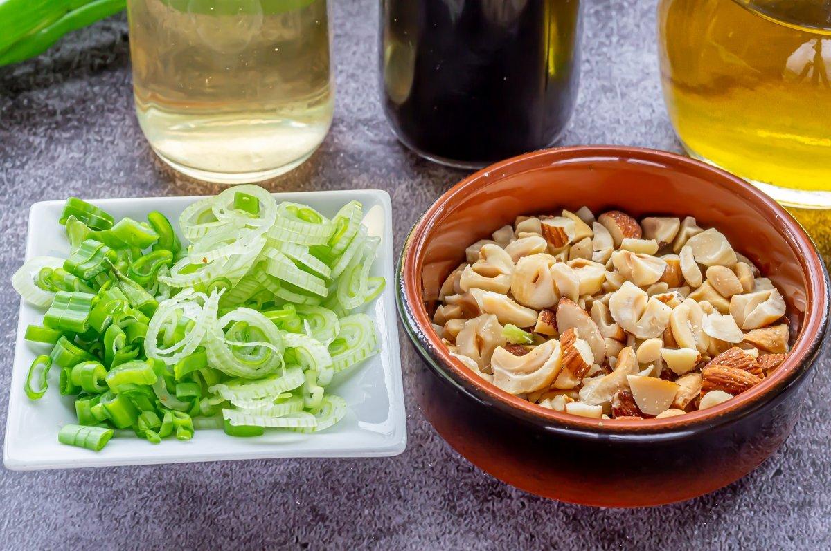 Trocear los frutos secos y picar la cebolleta