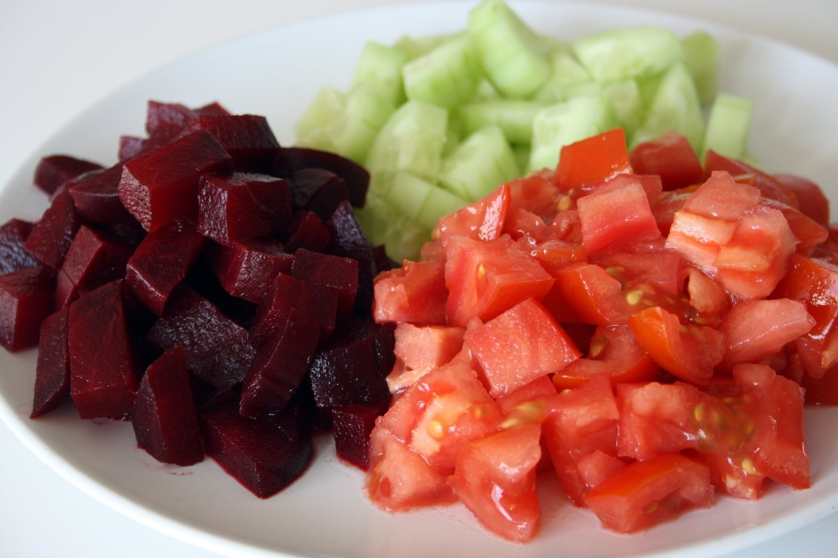 Trocear los ingredientes para el gazpacho de remolacha