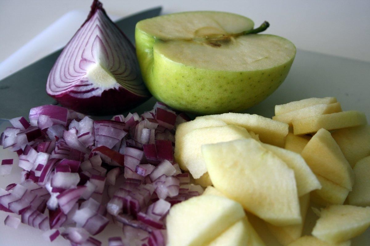 Trocear manzana y cebolla