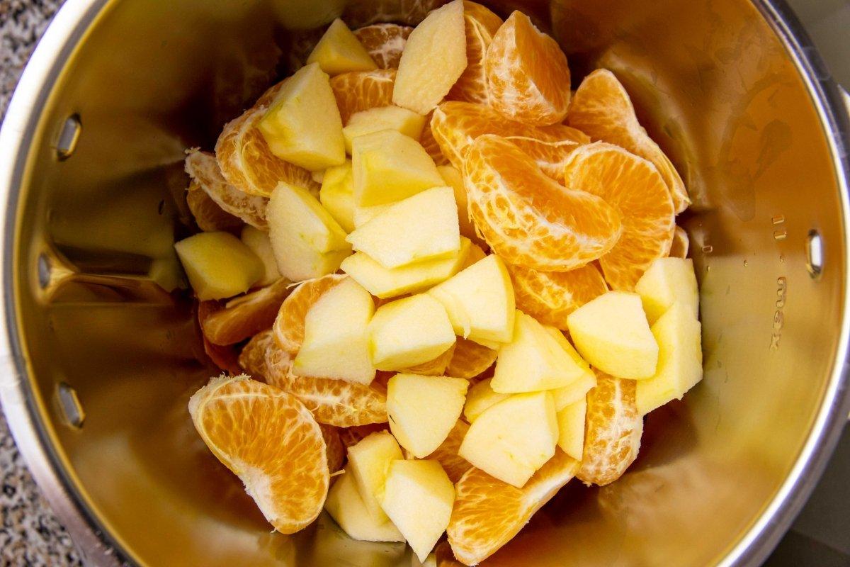 Trocear manzana y pelar mandarina para añadir al robot de cocina