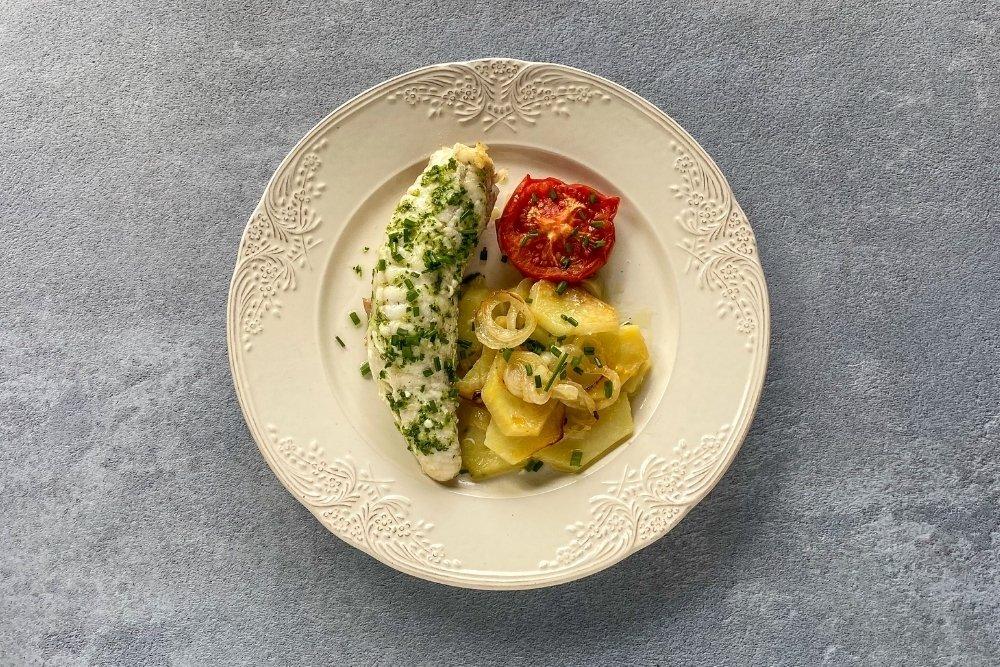 Trocear y servir acompañado de las patatas y el tomate