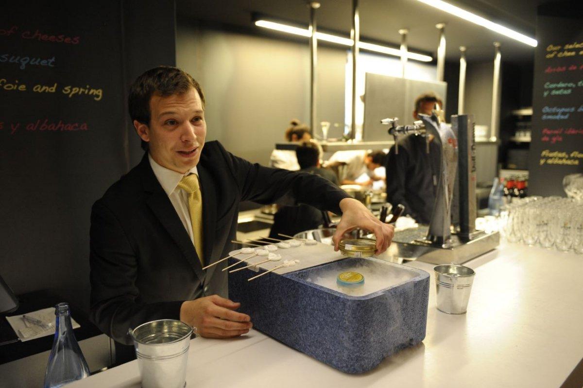 Un camarero en la barra del Ten's de Jordi Cruz